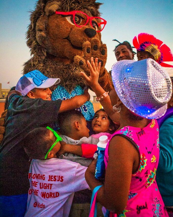 După ce a pierdut două sarcini s-a hotărât să serbeze zilele de naștere ale copiilor străzii