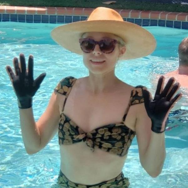 De ce poartă Kristen Bell mănuși la piscină