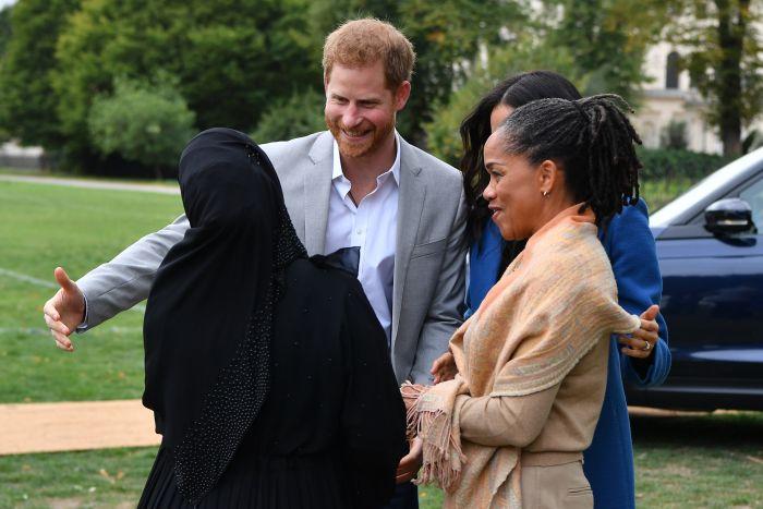 Situație jenantă pentru Prințul Harry, după ce a încercat să sărute o femeie în fața lui Meghan