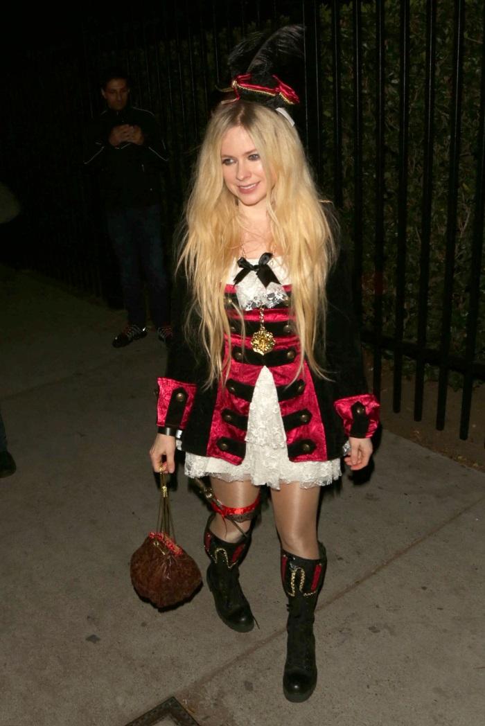 Avril Lavigne - Cele mai tari costume de Halloween 2018 - costume haioase de halloween 2018