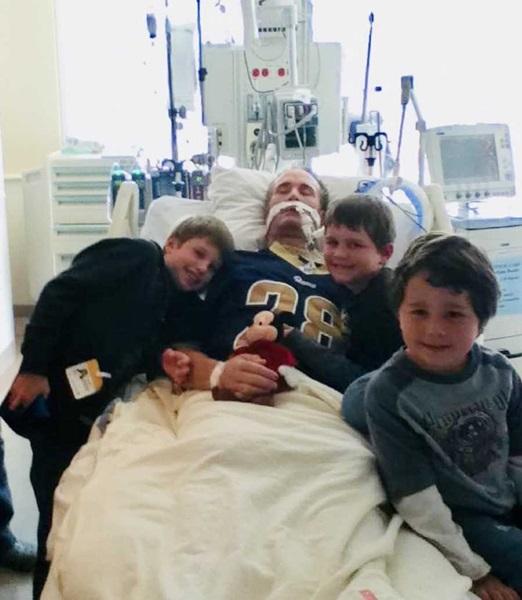 Barbatul la spital cu copiii lui
