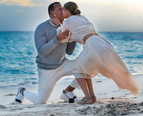 Jennifer Lopez a fost criticată după ce a postat imagini cu cererea în căsătorie