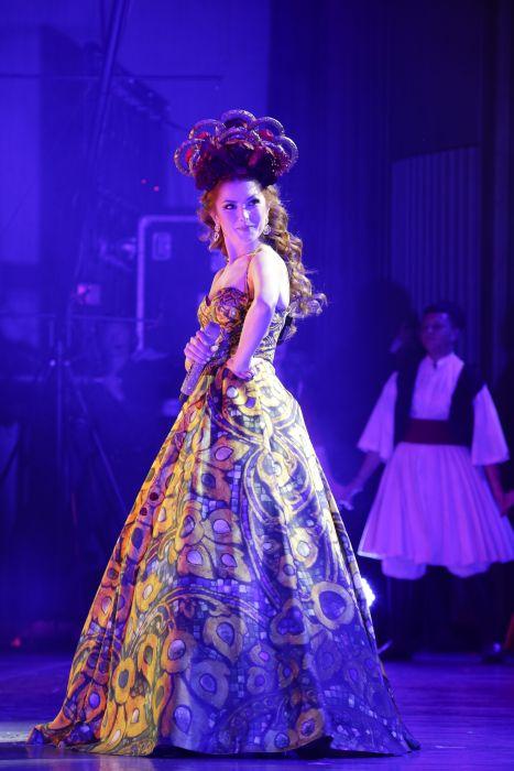 Elena Gheorghe, ținute spectaculoase pe scena Sălii Palatului