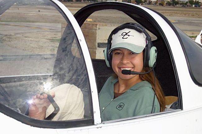 Povestea emoționantă a unei femei care pilotează cu picioarele FOTO