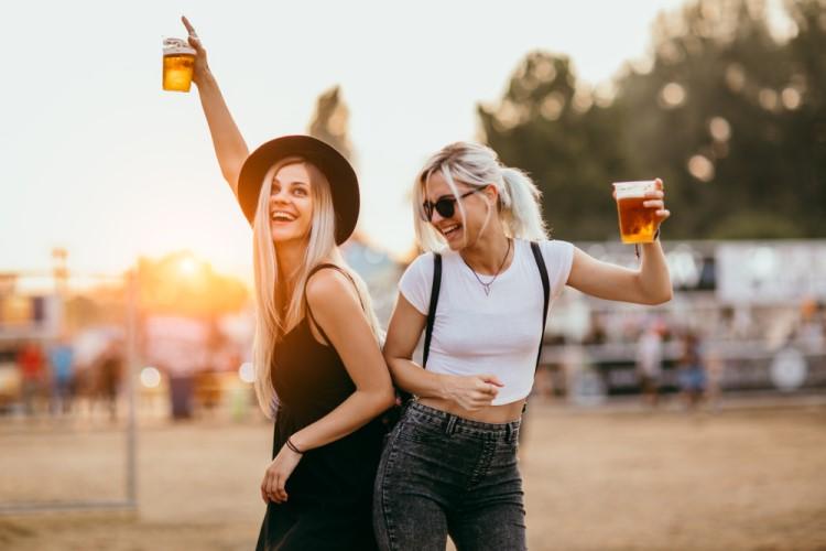 femei care beau bere