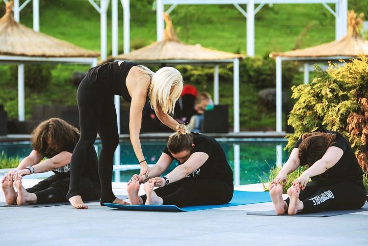 femei care fac yoga