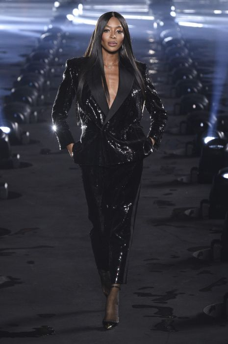 Naomi Campbell, din nou pe podium, la Paris Fashion Week