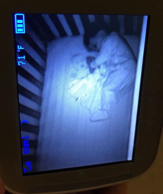 Mama vede o fantomă pe monitorul de bebeluși. După o noapte albă, își dă seama ce este de fapt | FOTO