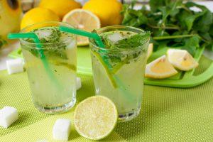 Menta- Aranjament cu pahare cu limonada cu menta