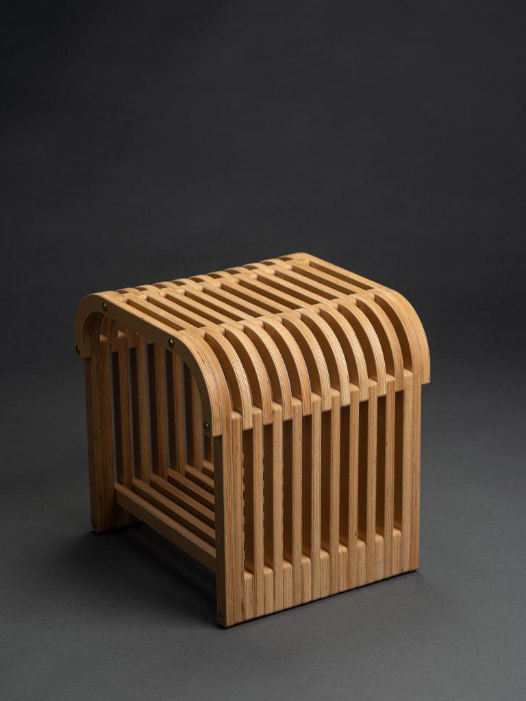 Inovație: scaunul fără cuie și taburetul din resturi, gândite, desenate și produse în România
