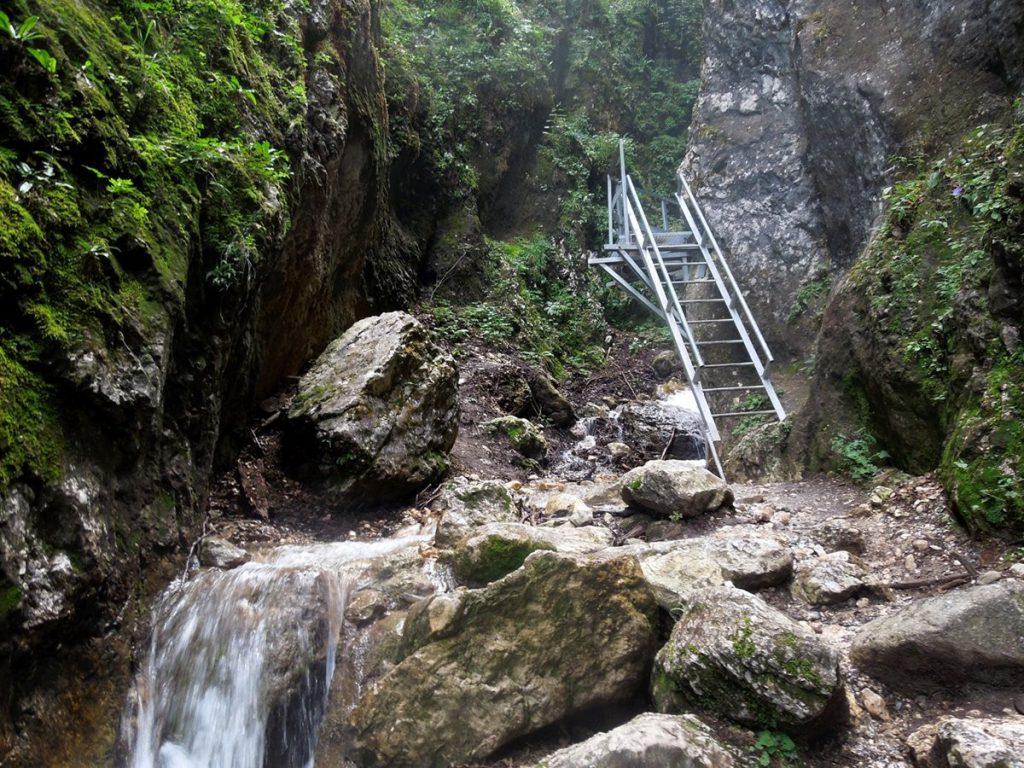 Top 10 locuri de vizitat lângă Brașov. Din Poiană, la Templul Ursitelor!