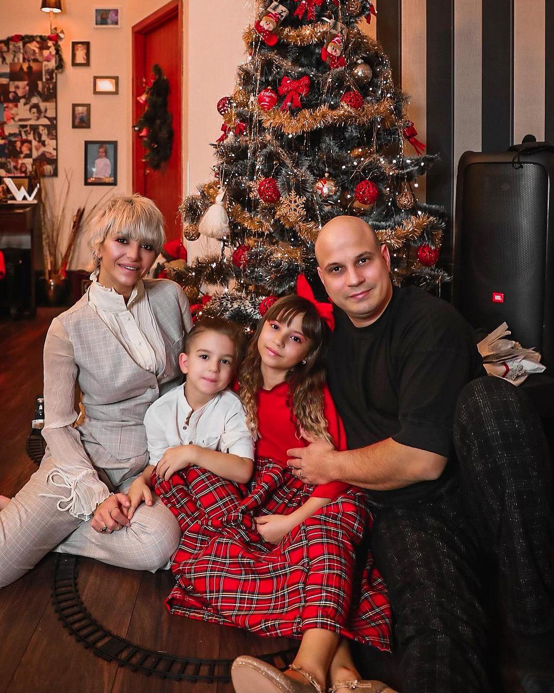 Giulia Anghelescu, Vlad Huidu și copiii lor, Antonia și Mikael - Unica.ro